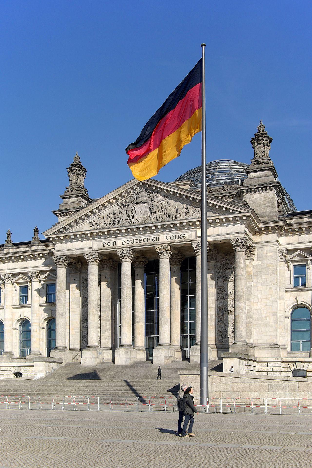 Fahne der Einheit vor dem Sitz des Deutschen Bundestages im Reichstagsgebäude in Berlin, als Denkmal am 3. Oktober 1990 gehisstBerthold Werner • CC BY-SA 3.0
