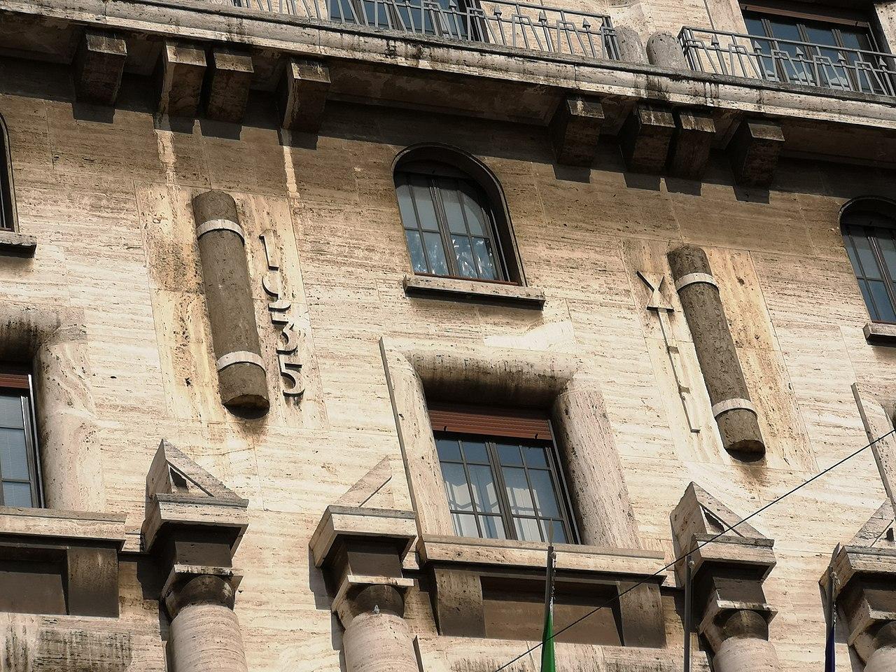 Die an der Fassade des Mailänder Finanzamtes immer noch sichtbaren Fasces von 1935 •Bartleby08 • CC BY-SA 4.0